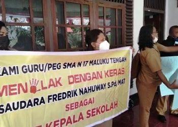 Palang Sekolah: Guru SMA 17 TNS Minta Fredrik Nahuwae Dicopot