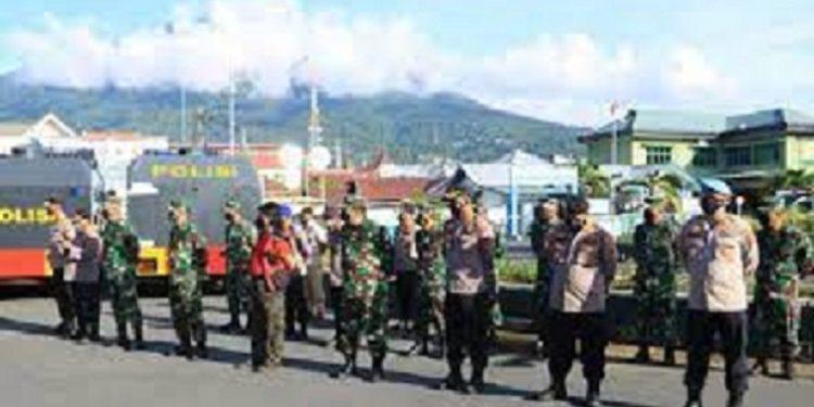 Personel TNI-Polri Maluku Utara Lakukan Penyemprotan Disinfektan Secara Massal