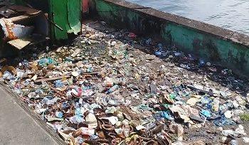 Sampah Plastik Dan Kulit Durian Berserakan Di Pantai Losari Mardika