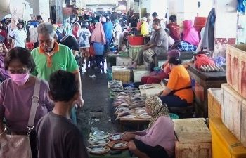 Harga Ikan Segar Di Pasar Arumbai Dan Mardika Ambon Turun