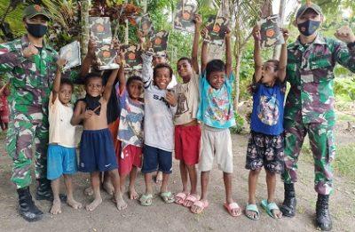 Satgas Yonif 131 Bagi Perlengkapan Sekolah Anak dan Pengobatan Gratis